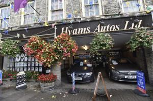 Car dealership nabs prize for its floral displays